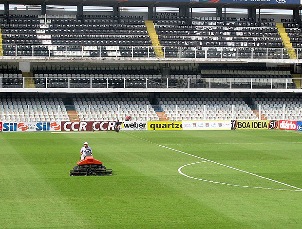 preparação do estádio da Vila Belmiro para a final entre Santos e Corinthians (Foto: Julyana Travaglia / GLOBOESPORTE.COM)