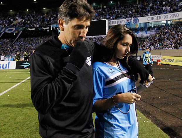 renato gaúcho grêmio ao lado da filha deixa o olímpico (Foto: Fabio Berriel / Agência Estado)