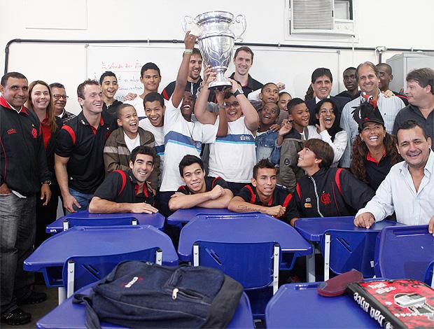 Com a delegação rubro-negra, alunos erguem a Taça Rio conquistada neste ano (Foto: Fla Imagem)
