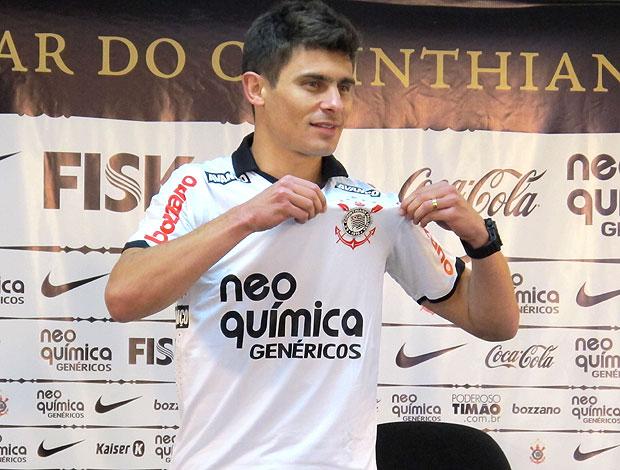 Alex com a camisa do Corinthians  (Foto: Carlos Augusto Ferrari / GLOBOESPORTE.COM)