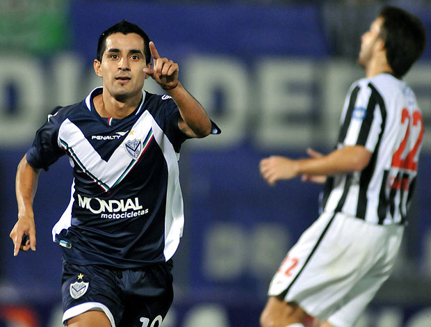 Morales comemora gol do Vélez contra o Libertad  na Libertadores (Foto: EFE)