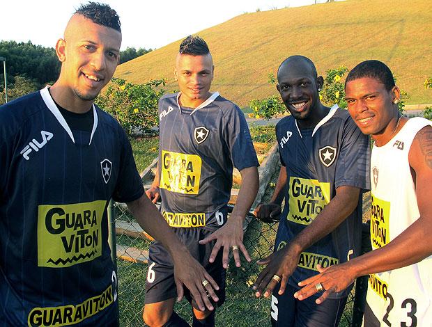 Antônio Carlos, Fábio Ferreira, Maicosuel e Somália do Botafogo mostam as alianças (Foto: Thiago Fernandes / GLOBOESPORTE.COM)