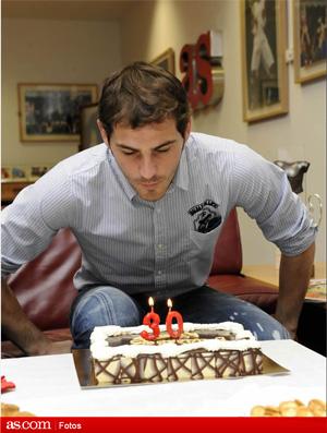 Casillas comemora 30 anos e ganha folga dos treinos de presente do casillas real madrid apaga a vela bolo de aniversrio foto as altavistaventures Images