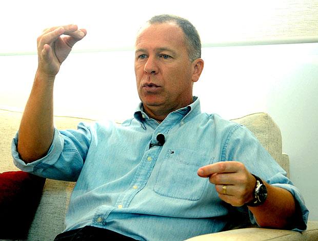 Mano Menezes durante entrevista (Foto: André Durão / GLOBOESPORTE.COM)