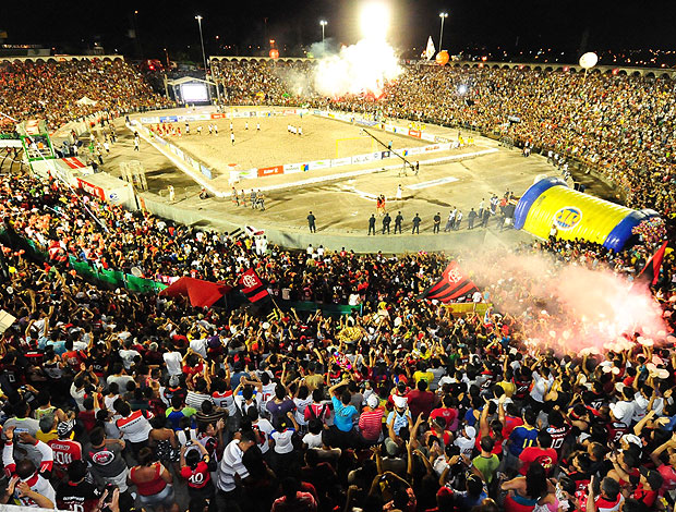 torcida na arena de futebol de areia para Vasco e Flamengo (Foto: Divulgação)