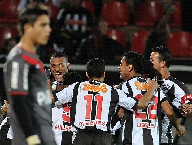 lance de atlético-MG e Atlético_PR (Foto: Pedro Vilela / Futura Press)