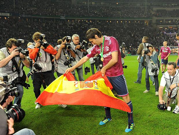 Raúl, do Schalke 04 toureiro (Foto: Agência EFE)