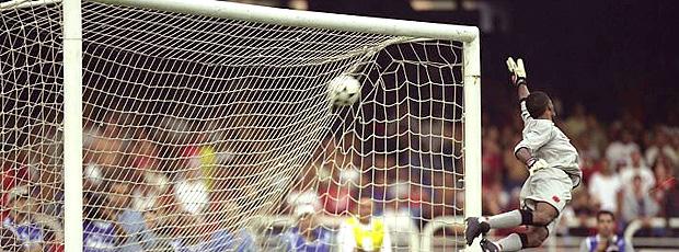 Helton Gol Petkovic Flamengo x Vasco 2001 (Foto: Hipólito Pereira / O Globo)