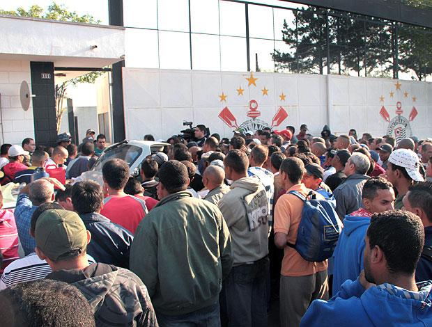 operários buscam emprego no estádio do Corinthians em Itaquera (Foto: Ag. Estado)