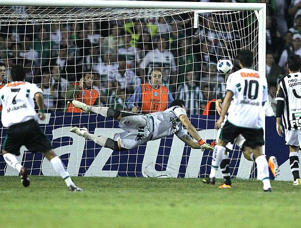 Anderson Aquino marca gol do Coritiba contra o Ceará (Foto: Ag. Estado)