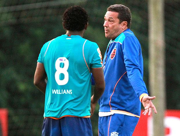 Luxemburgo conversa com Willians no treino do Flamengo (Foto: Fernando Maia / Agência O Gobo)