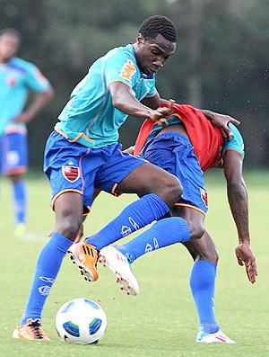 Negueba e Willians disputam a bola no treino do Flamengo (Foto: Alexandre Vidal / Fla Imagem)