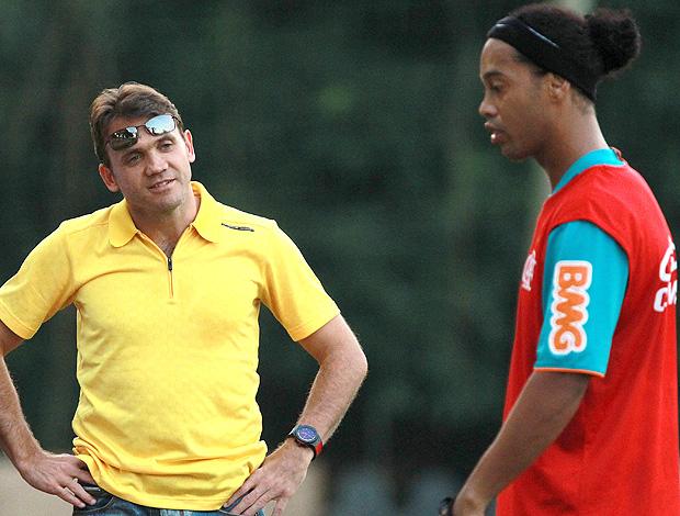 Petkovic Ronaldinho treino Flamengo (Foto: Fernando Maia / O Globo)