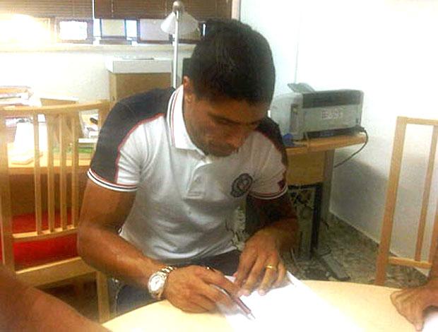 Renato assina contrato com o Botafogo (Foto: Divulgação / Site Oficial do Botafogo)
