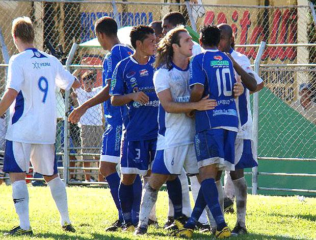 Na final do primeiro turno, houve confusão entre Penarol (de azul) e Nacional, digna do clássico uruguaio. O Penarol venceu (2 a 1) e é o único que pode acabar com o estadual no sábado  (Foto: site oficial/Penarol)