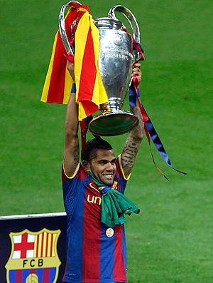 daniel alves barcelona ergue a taça liga dos campeões (Foto: agência Reuters)