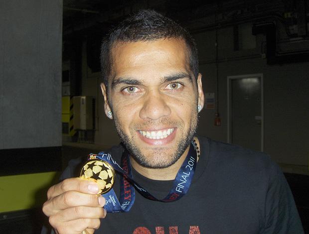 daniel alves barcelona medalha liga dos campeões (Foto: Rodrigo Sirico / Globoesporte.com)