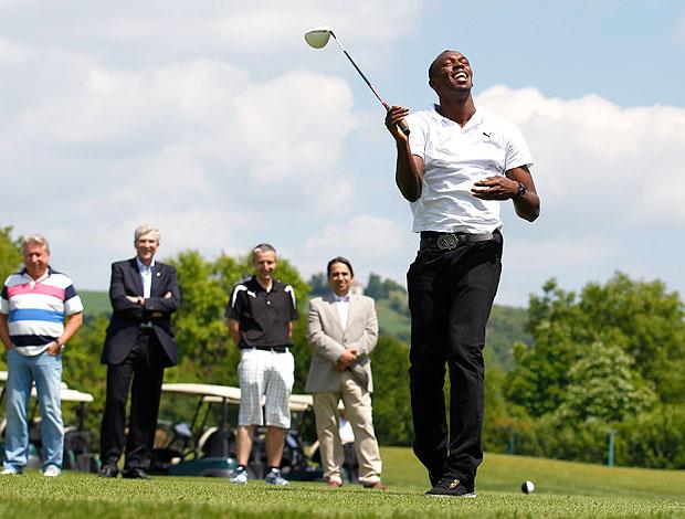Bolt durante inauguração de campo de golfe (Foto: AP)