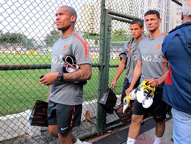 Nigel De Jong no treino da Holanda com sacola de presentes do Flamengo (Foto: Gustavo Rotstein / GLOBOESPORTE.COM)