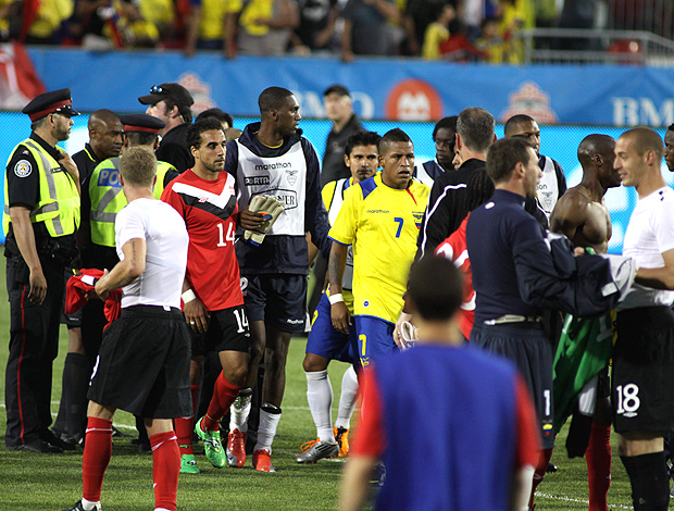 confusão no amistoso entre Canadá e Equador (Foto: EFE)