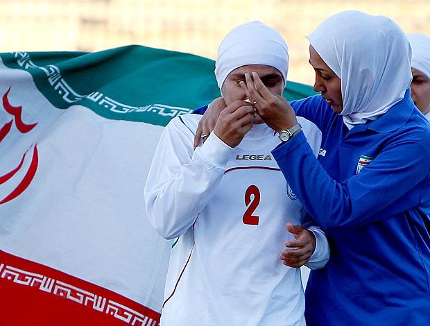 jogadoras da seleção do Irã chorando após derrota (Foto: Reuters)