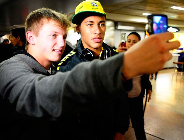 desembarque seleção brasileira neymar (Foto: Marcos Ribolli/Globoesporte.com)