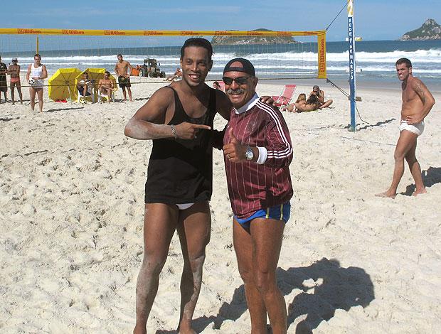 Ronaldinho Gaúcho com Júnior na praia (Foto: Janir Junior / GLOBOESPORTE.COM)