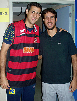 Dante encontra Marcelinho e ganha camisa do Flamengo (Foto: Divulgao / MPC)