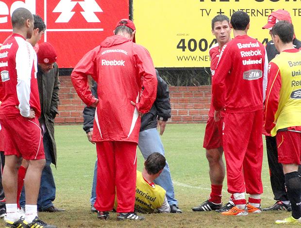 Agenor caído no treino do Internacional (Foto: Alexandre Alliatti / Globoesporte.com)