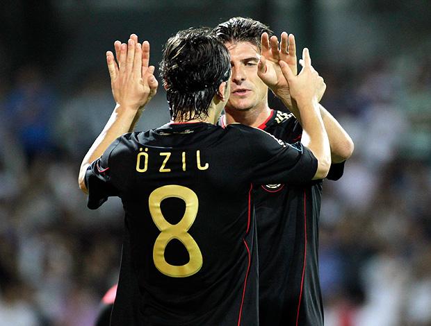 gomez ozil alemanha gol azerbaijão (Foto: agência Reuters)