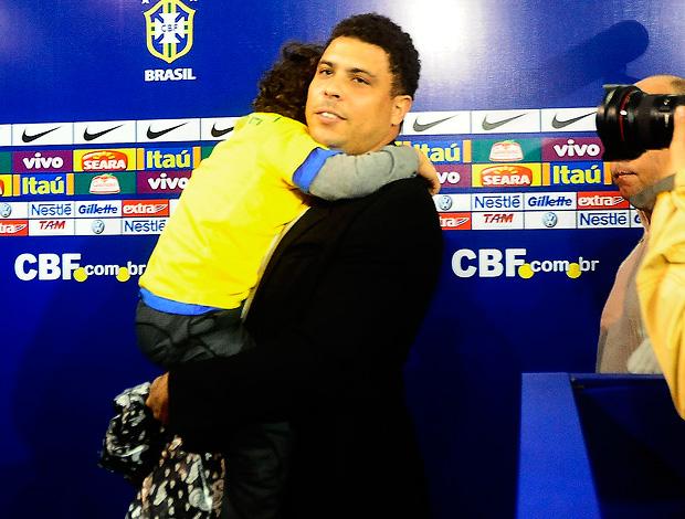 ronaldo filho chega ao pacaembu (Foto: Marcos Ribolli / Globoesporte.com)