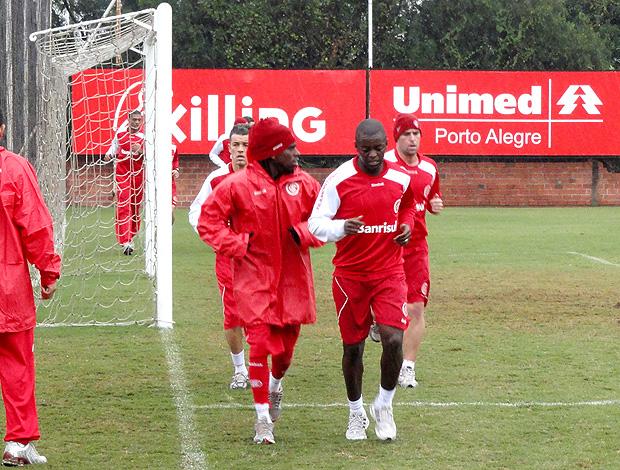 Tinga e Zé Roberto no treino do Internacional (Foto: Alexandre Alliatti / Globoesporte.com)