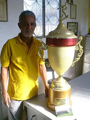 tomazinho troféu (Foto: Thiago Lima/ GLOBOESPORTE.COM)