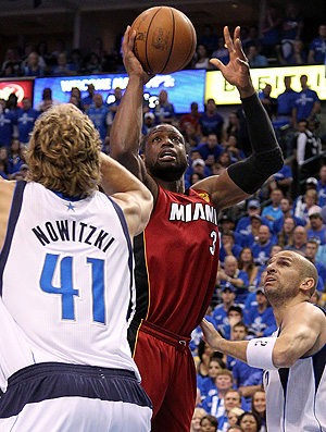 Dallas Mavericks x Miami  Heat  Dwyane Wade Dirk Nowitzki (Foto: Getty Images)