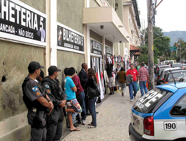 torcida do Vasco na fila em São Januário (Foto: Rafael Cavalieri / GLOBOESPORTE.COM)