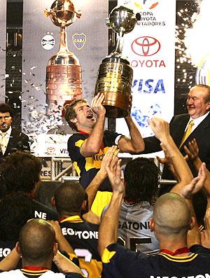 Palermo levanta a taça da Libertadores pelo Boca Juniors (Foto: EFE)