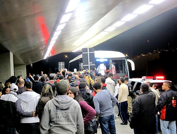 ônibus flamengo torcida desembarque curitiba (Foto: Janir Júnior / Globoesporte.com)