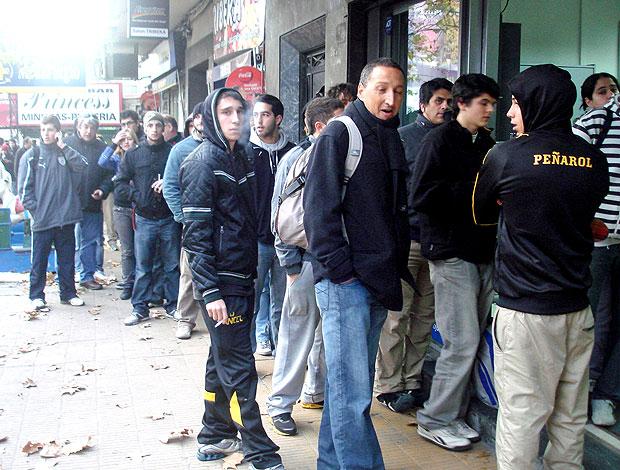 fila de torcedores para comprar ingressos para a final da Libertadores (Foto: Sergio Gandolphi / GLOBOESPORTE.COM)