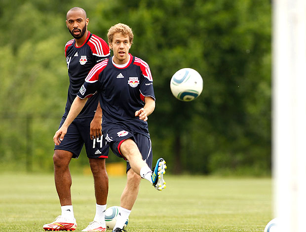 Henry e Vettel no treino de futebol (Foto: AFP)