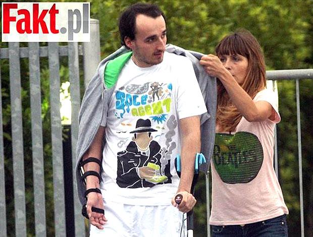 Kubica passeia na rua durante recuperação (Foto: Reprodução)