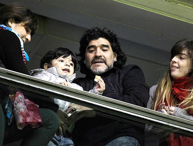 Maradona com o neto durante a despedida de Palermo (Foto: AP)