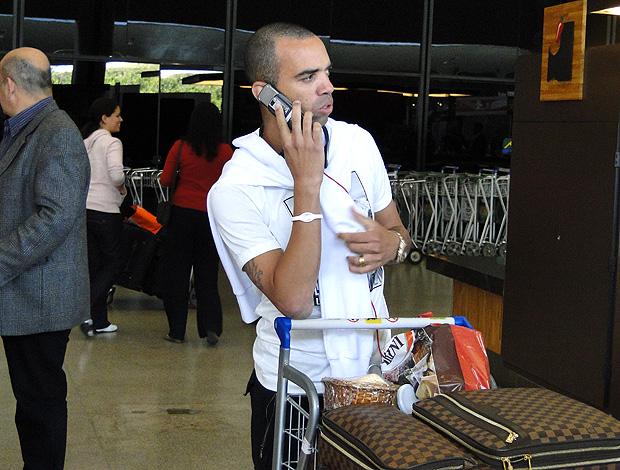 Diego Tardelli, em desembarque em Confins (Foto: Lucas Catta Prêta / Globoesporte.com)