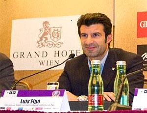 Luis Figo, ex-jogador, durante palestra (Foto: Divulgação)