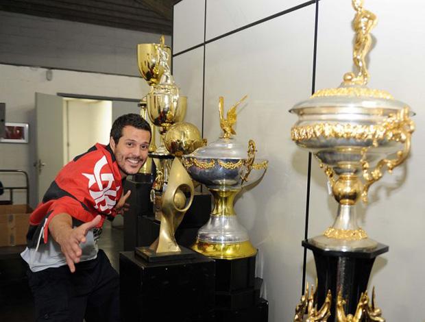 julio cesar sala de troféu flamengo (Foto: Divulgação/Site Oficial)