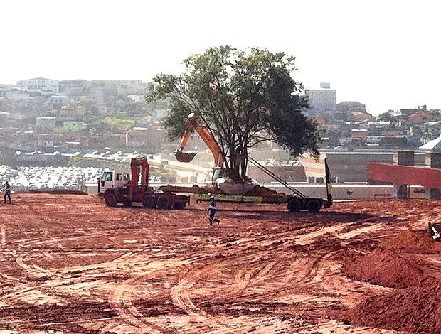Obras no terreno de Itaquera (Foto: Carlos Augusto Ferrari / GLOBOESPORTE.COM)