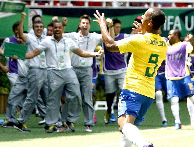 Ademilson comemora gol do Brasil sub-17 contra a Dinamarca (Foto: EFE)