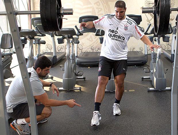 Adriano se exercita no treino do Corinthians (Foto: Ag. Estado)