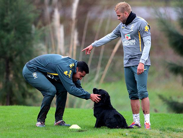 andre santos daniel alves cachorro brasil treino (Foto: Márcio Iannacca / Globoesporte.com)