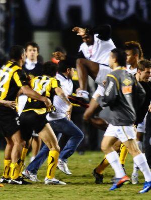 Foto da briga no Pacaembu (Foto: Marcos Ribolli / Globoesporte.com)