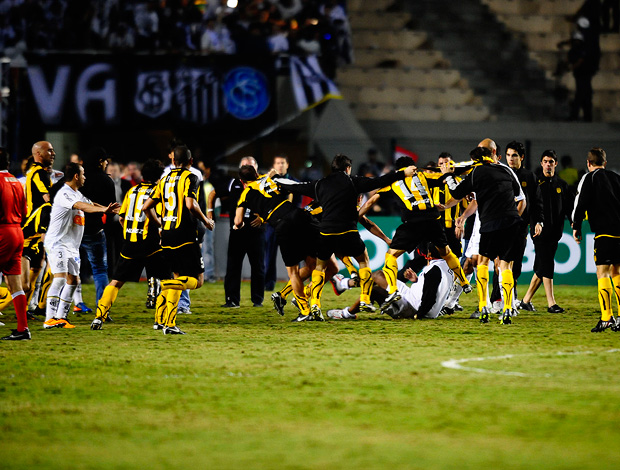 briga jogadores santos peñarol (Foto: Marcos Ribolli / Globoesporte.com)